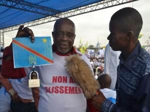 Un opposant à Kabila exhibe une constitution verrouillée en signe de contestation contre sa modification. Photo: www.sangoyacongo.com